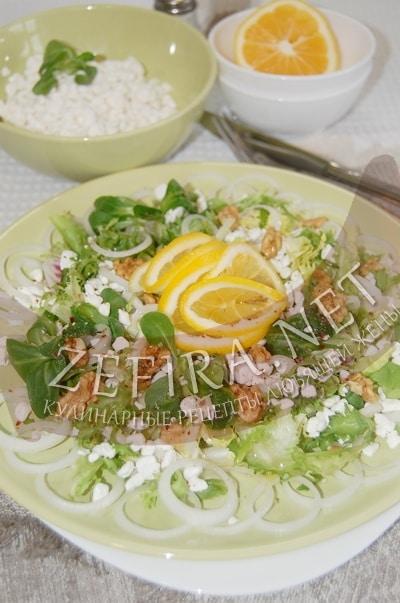 Зеленый салат с творогом и грецкими орехами - рецепт и фото