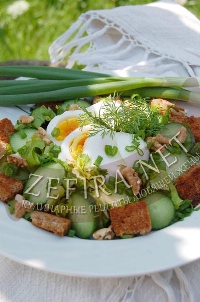 Салат из огурцов, яиц и зеленого лука с сухариками - рецепт и фото