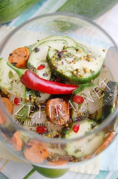 Кабачки, маринованные с морковью, чесноком и перцем чили - рецепт и фото