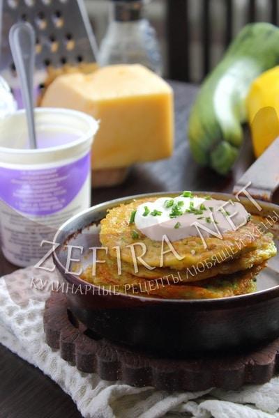 Оладьи из кабачков с овсяными хлопьями и сыром - рецепт и фото