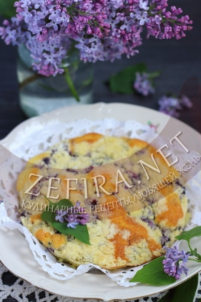 Простой бисквитный пирог с черникой - рецепт и фото