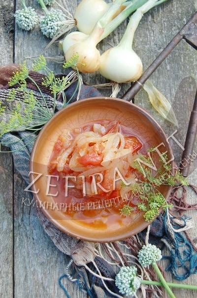 Салат из репчатого лука с помидорами – рецепт на зиму