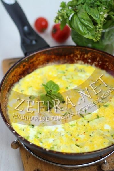 Омлет из кабачков на сковороде - рецепт и фото
