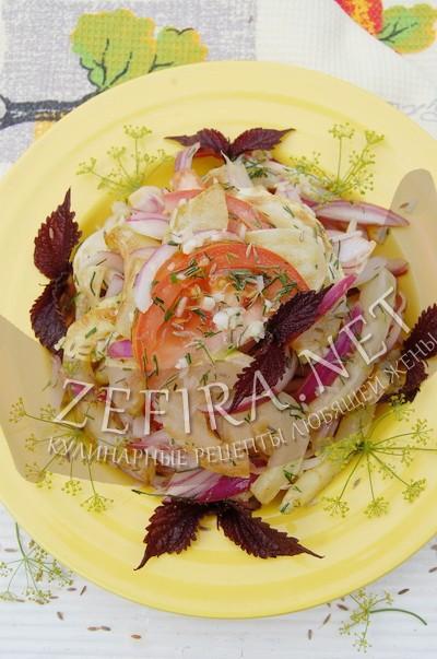 Салат из жареных кабачков с маринованным луком - рецепт и фото
