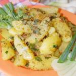 Жаренный в масле картофель с луком, зеленью и горчицей