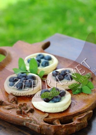 Белковое пирожное с заварным кремом и ягодами - рецепт и фото