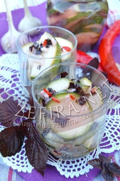 Быстро маринованные острые кабачки с чесноком и базиликом - рецепт и фото