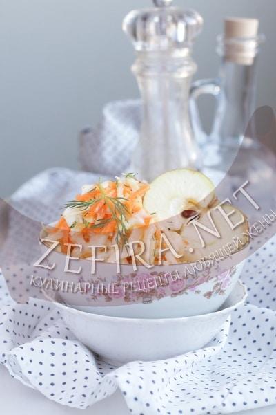 Салат из капусты с морковью и яблоком - рецепт и фото