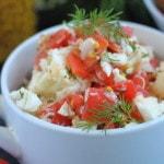 Салат из сырой цветной капусты с помидором и сыром