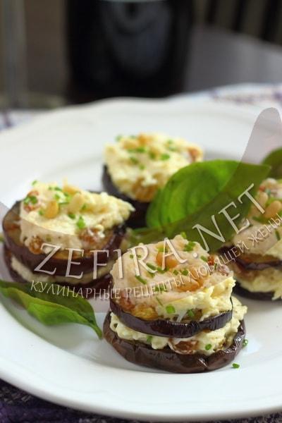 Закуска из баклажанов с сыром, чесноком и изюмом - рецепт и фото