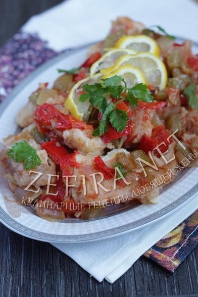 Вкусный хек в томате с перцем и маринованными огурчиками - рецепт и фото