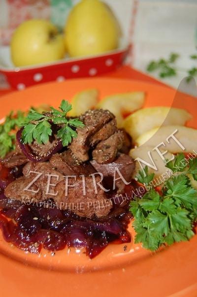 Жареная печенка с карамелизированым луком и яблоками - рецепт и фото