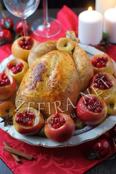 Праздничная курица, запеченная в духовке с яблоками и клюквой - рецепт и фото