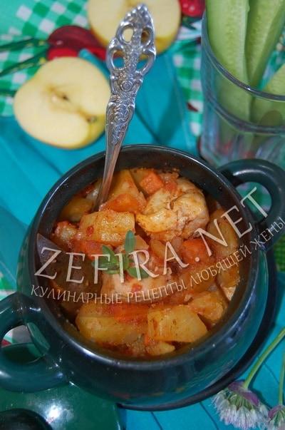 Курица с картофелем и яблоками, запеченная в духовке в горшочках - рецепт и фото
