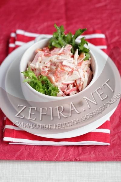 салат с крабовыми палочками, помидорами и чесноком - рецепт и фото