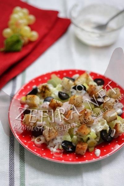 Салат с курицей, сельдереем и сухариками - рецепт и фото