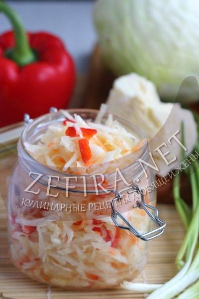 Маринованная капуста в банке с перцем и морковью - рецепт и фото
