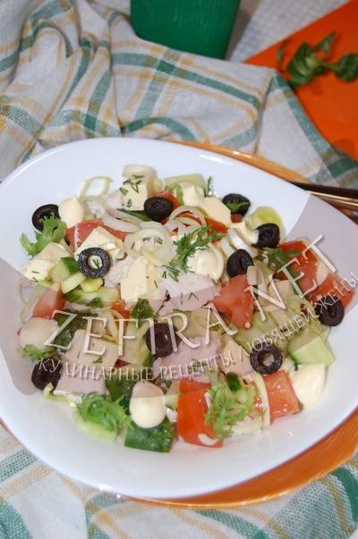 Салат из курицы с плавленным сыром и маслинами - рецепт и фото