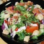 Овощной салат с курицей, перцем чили и хрустящими сухариками