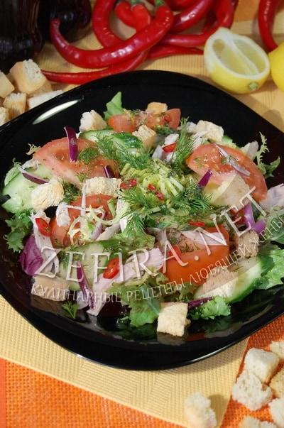 Овощной салат с курицей, перцем чили и хрустящими сухариками - рецепт и фото