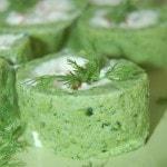 Зеленый рулет из брокколи с крабовыми палочками и сыром