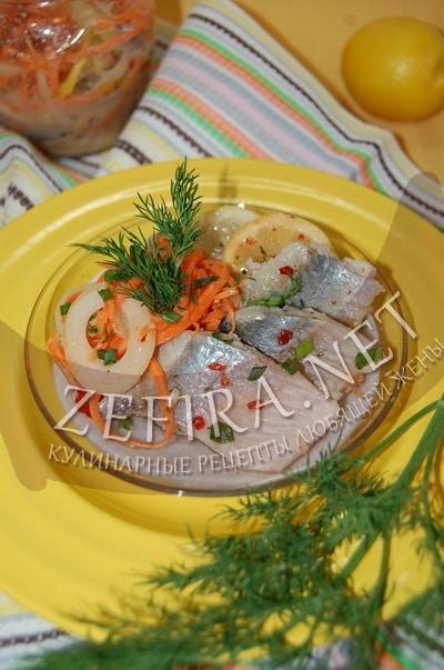 Маринованная селедка в банке с луком, морковью и лимоном - рецепт и фото