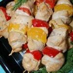 Шашлычки из куриных грудок на шпажках с перцем