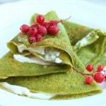 Зеленые блинчики со шпинатом с ягодным джемом и кремом из маскарпоне