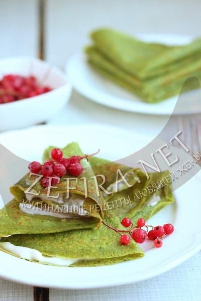 Зеленые блинчики со шпинатом с ягодным джемом и кремом из маскарпоне - рецепт и фото