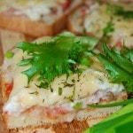 Горячие бутерброды с фаршем, овощами и сыром