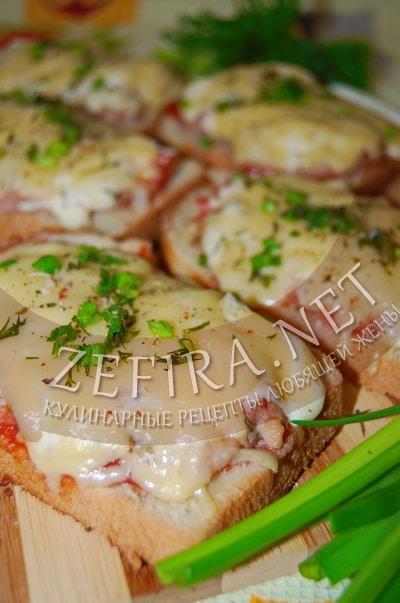 Горячие бутерброды с фаршем, овощами и сыром - рецепт и фото
