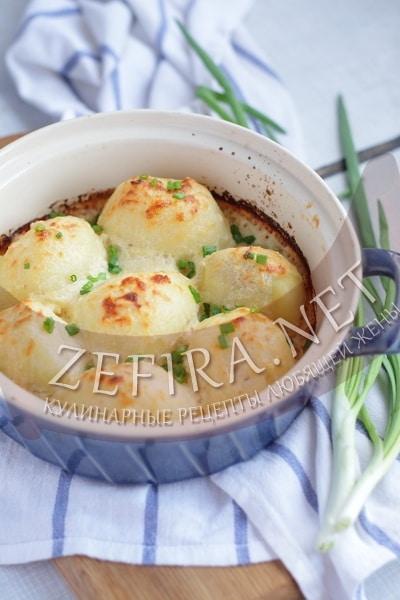 Картофель, запеченный под сырным соусом - рецепт и фото