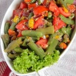 Салат с запеченным перцем, стручковой фасоль, томатами и луком