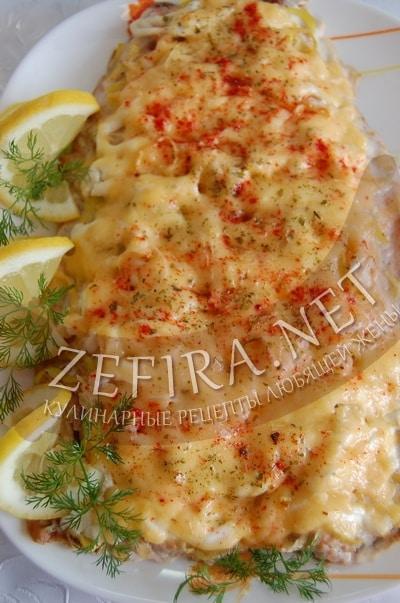 Горбуша с луком пореем под сыром в духовке - рецепт и фото