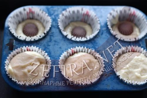 Кексы на кефире с шоколадом внутри - шаг 4 приготовления