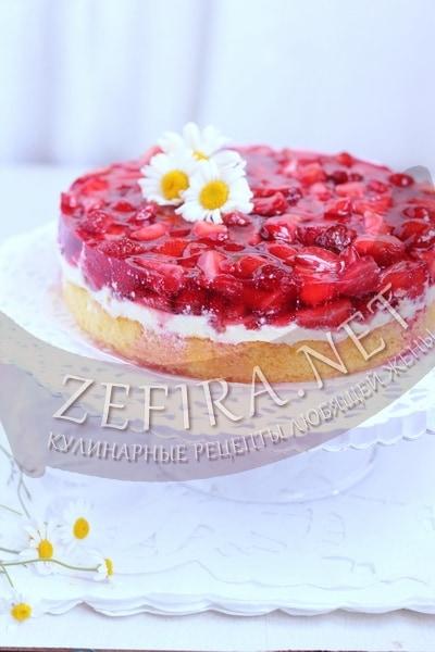 Легкий торт с клубникой и воздушным кремом - рецепт и фото