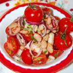 Салат из консервированной фасоли с помидорами черри, красным луком и яблоком