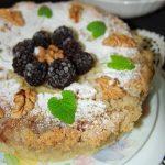 Пирог с яблоками, ежевикой и орехами