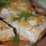 Открытый слоёный пирог с сыром и луком