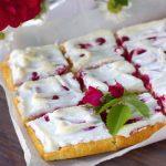Пирог из творожного теста с ягодами