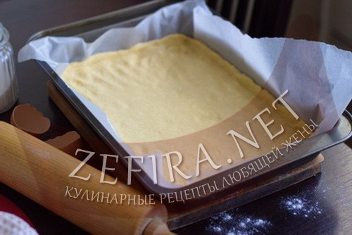 Пирог из творожного теста с ягодами - распределили тесто