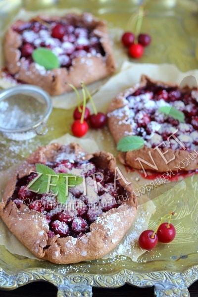 Пирог с вишней из шоколадного песочного теста - рецепт и фото