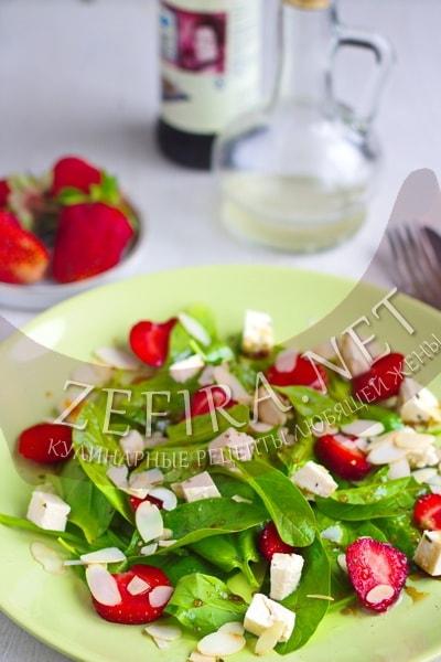 Салат с клубникой, шпинатом и сыром - рецепт и фото