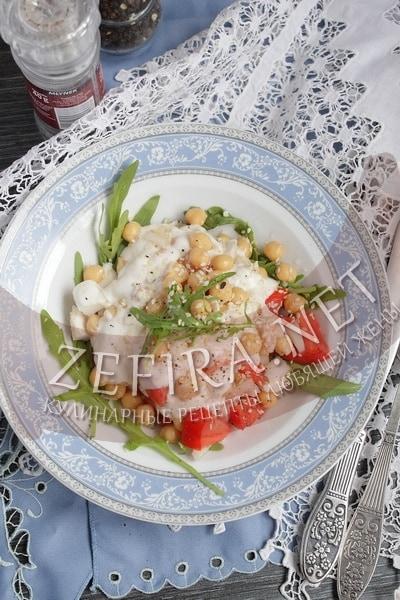 Салат с нутом, курицей и йогуртной заправкой - рецепт и фото