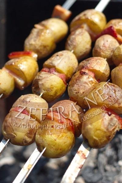Шашлык из картофеля с салом - рецепт и фото