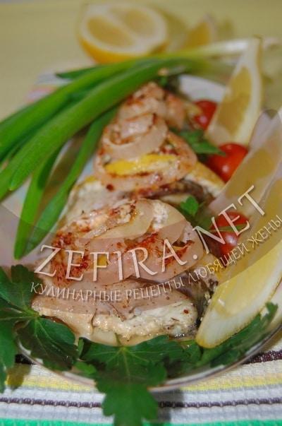 Скумбрия, запеченная с луком в сметане - рецепт и фото