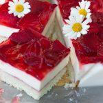 Торт с творогом и клубникой в желе