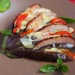 Веер из баклажан с помидорами, сыром и ветчиной в духовке