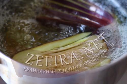 Веер из баклажан с помидорами, сыром и ветчиной в духовке - шаг 2 пошагового приготовления