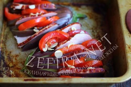Веер из баклажан с помидорами, сыром и ветчиной в духовке - шаг 4 пошагового приготовления